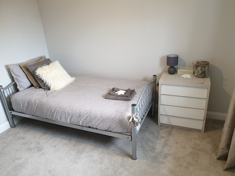 Spacious room with double bed, TV and desk