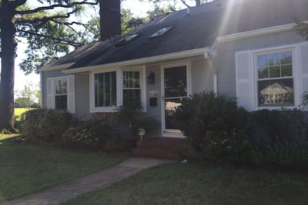 Comfortable 3BR Cottage Across from Navy Stadium - Annapolis - House