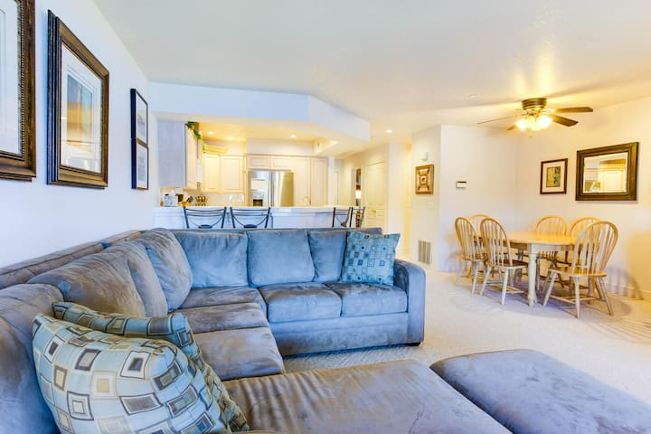 Great lakeside condo w/ shared pool, marina, and volleyball!