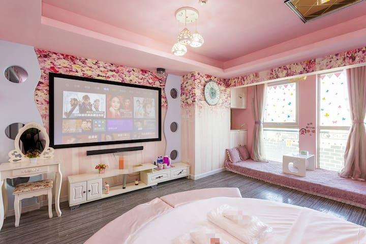【粉色温馨】万达广场/新华贸购物中心超大观影一居室