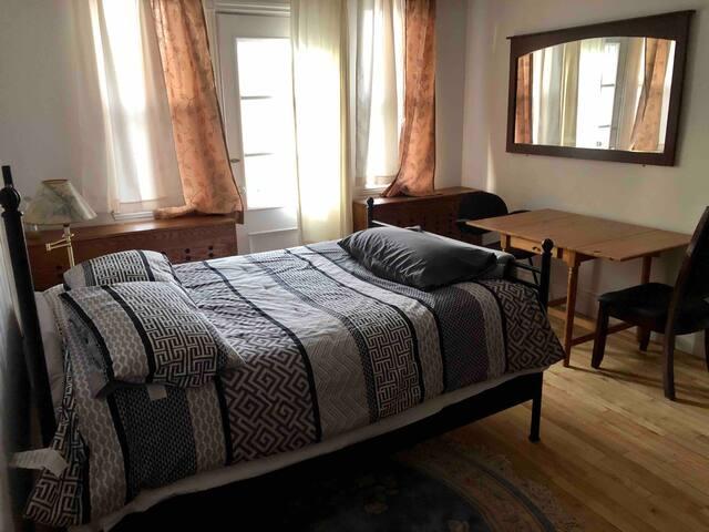 Grande chambre modeste avec balcon & stationnement