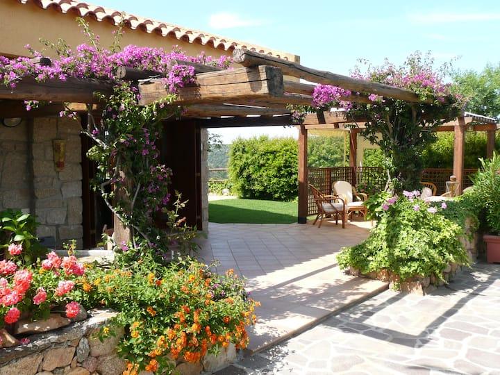 Villa Fiore: wide garden, next to the sea