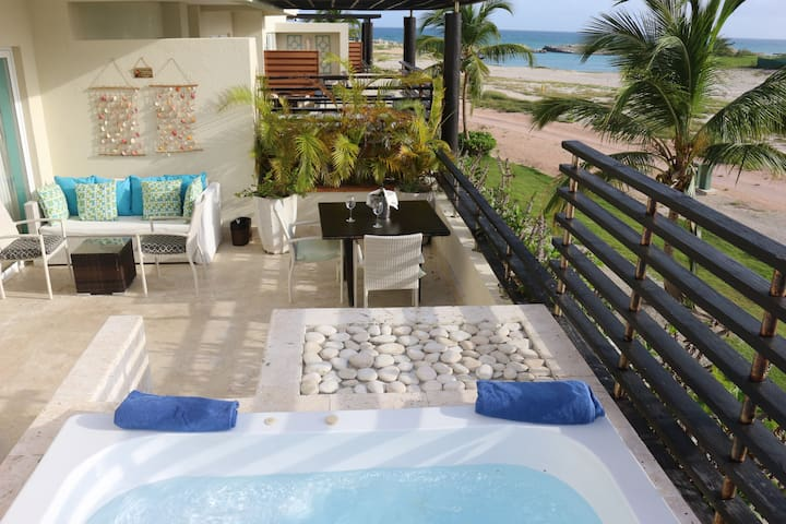 5 Stars romantic beach front condo with a jet tub