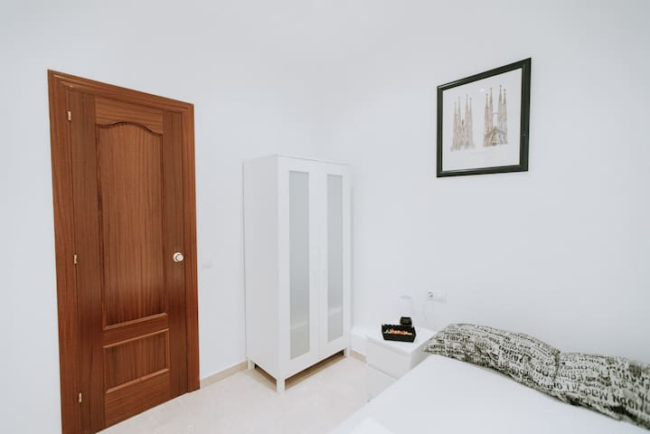 Double room with separate toilet close to m.GIRONA