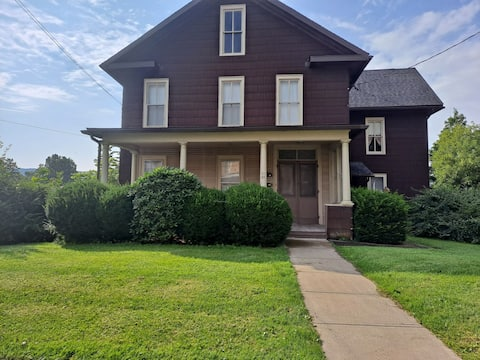 Convenient 2BR 2nd floor apt in charming downtown Canton PA