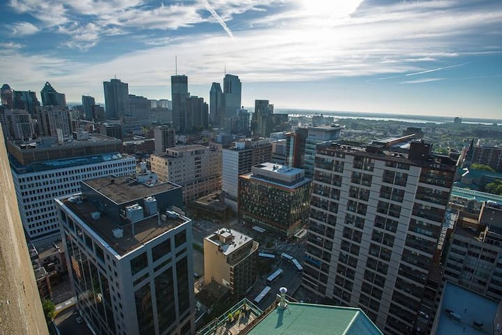 Visually Stunning View of Montreal Downtown Area!!