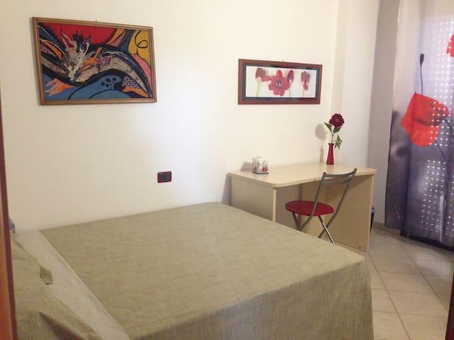 letto piazza e mezzo, bagno riservato e balcone - Sestu