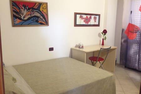 letto piazza e mezzo, bagno riservato e balcone - Sestu - Wikt i opierunek