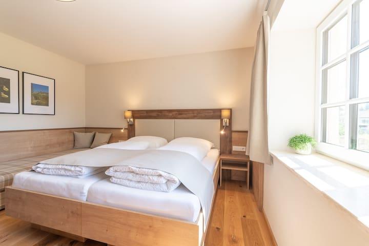 Top 1 - Ferienwohnung Zaunkönig, mit Doppelbett 180x200 cm, Couch 80x200 cm, Schreibtisch, Schrank, Smart TV.