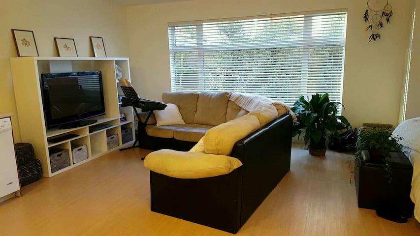 Cute, comfortable studio space! - Victoria