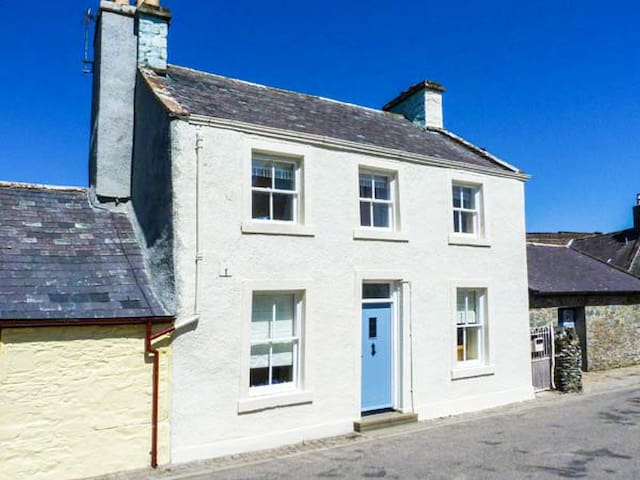 PRIORY WALK, pet friendly, with open fire in Whithorn, Ref 918354