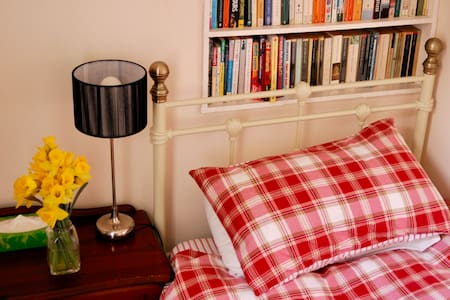 Cosy Bedroom In Cultural Household - London - Haus