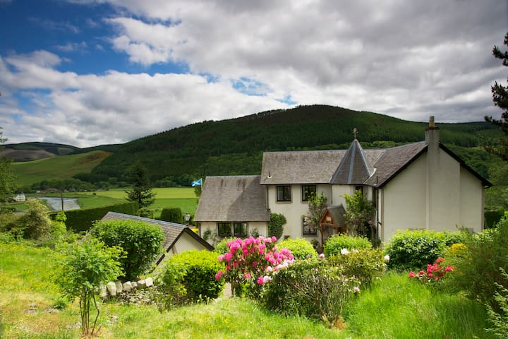 Sleeps 4 in 2 rooms in large house - Scottish Borders - Bed & Breakfast
