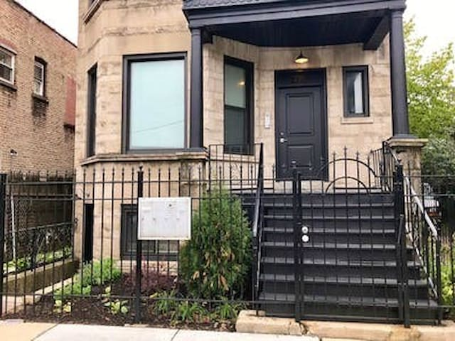 Bright, Upscale Logan Square Garden Suite!