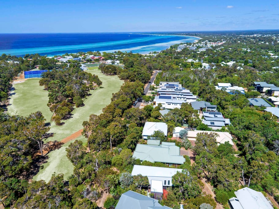 Overlooking Dunsborough Country Club Golf Course and a 10min walk to Old Dunsborough beach!