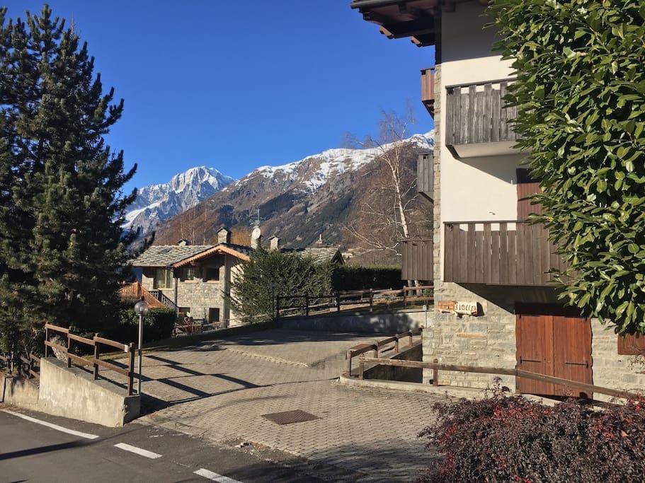Parcheggio e casa con vista Monte Bianco