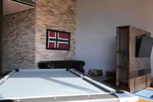 Sala de juegos con televisores y mesa de billar piso 21