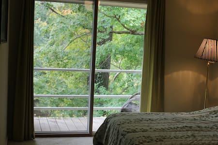 The Riverhouse: Bedroom w/ balcony! - Prospect - Σπίτι