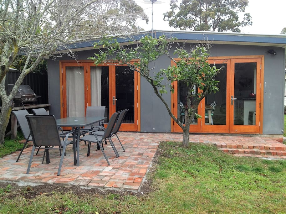 Enjoy Husky weather outside surrounded by citrus trees, on this beautiful brick deck.  You are welcome to use the BBQ.