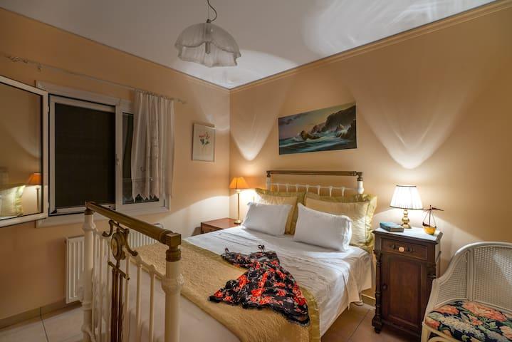 1ο υπνοδωμάτιο με ένα διπλό κρεβάτι