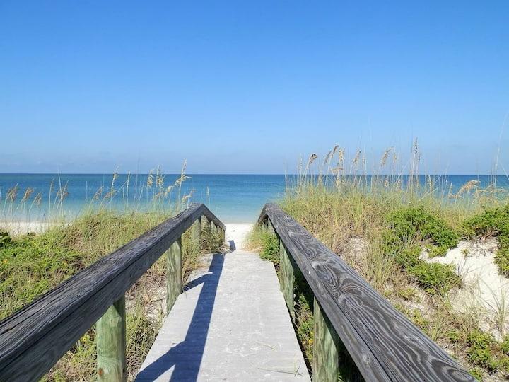Beachhouse- king bed w/2 bikes,Wifi, steps 2 beach