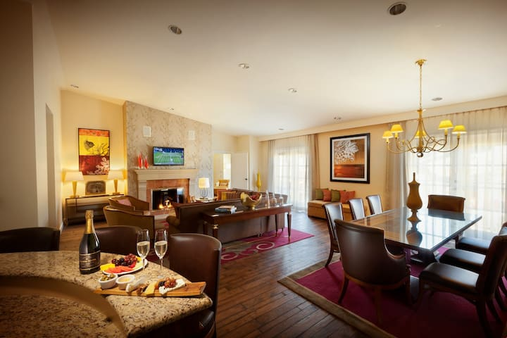 Pure Napa Luxury: Balcony, Kitchen, Vineyard Views, Fireplace, Pool!
