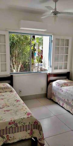 Quarto com duas camas de solteiro e colchão