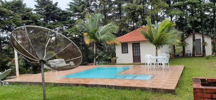 Casa maravilhosa, piscina, 4 suítes, churrasqueira