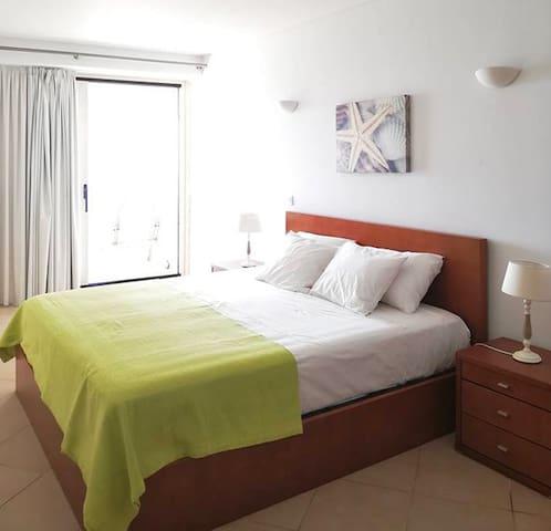 Suite: Cama de casal king size 2.00x1.80m