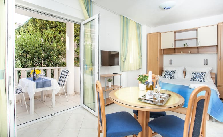 Lovely studio ❤ for 2, balcony, 50 m to the beach