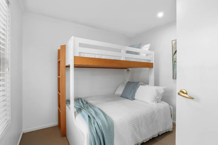 2nd bedroom with flexible sleeping arrangements - Double bed for couples or those kids who dont mind sharing and a single bunk on top.