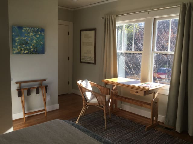 Sunny Private Room in Berkeley's Elmwood district