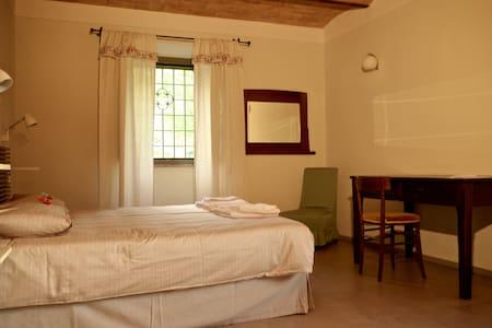 Camera matrimoniale con bagno - กับบิโอ