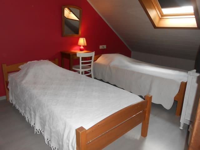 Chambre 1 avec 2 lits d'une personne, penderie et TV