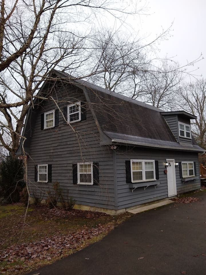 Valentine Cottage, on Lookout Mountain. Cozy, 3 BR 2 BA cottage 5 miles south of Covenant College.