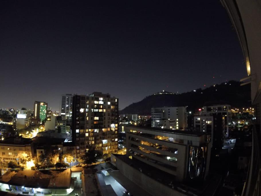 Vista nocturna terraza a la virgen del cerro San Cristobal