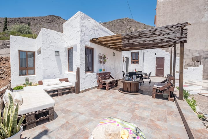 """Large and Modern Holiday Home with 2 Apartments """"Casa Sandra y Héctor"""" with Terraces, Panoramic View, Wi-Fi and TV; Parking Available"""