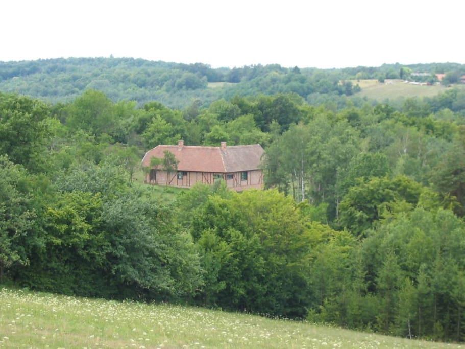 Így ül a ház a kis völgyben. Itt elbújhatsz.