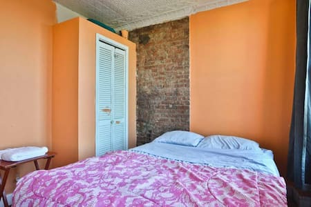 Sunny 1 bdrm in beautiful, large 3 bdrm apt in cool neigborhood. 4 blocks to the F/G trains. 20 mins to Lower East Side in Manhattan. Room is next to highway and not a good bet for light sleepers! Can get HOT in winter, due to radiator.
