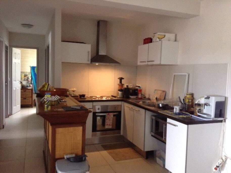 cuisine équipée, four hôte, micro onde, frigo, vaisselle  ...