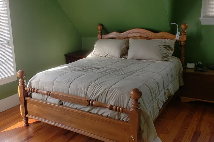 Master Bed Room (2nd FLR) - Queen Bed, Reading Light, USB Phone Charger, Alarm Clock and Night light/sound machine