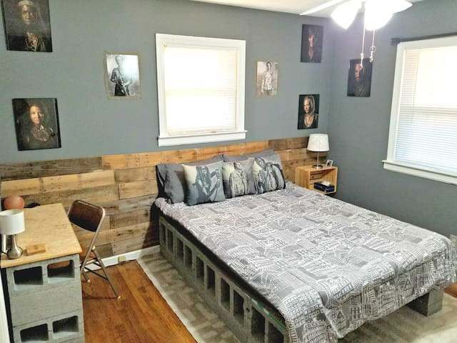 1 Private Bd/1 Ba TWD themed! 2 Blocks from Sets!