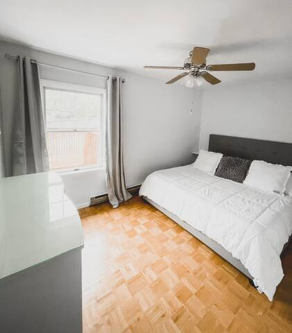 Bedroom 1 / king bed