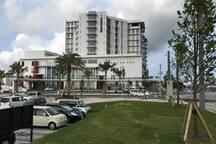 道を挟んでモールの正面に、徳洲会中部病院が2016年の4月にオープンしました。