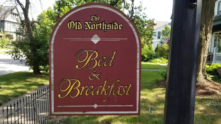 Old Northside Bed & Breakfast, Jacuzzi & Fireplace