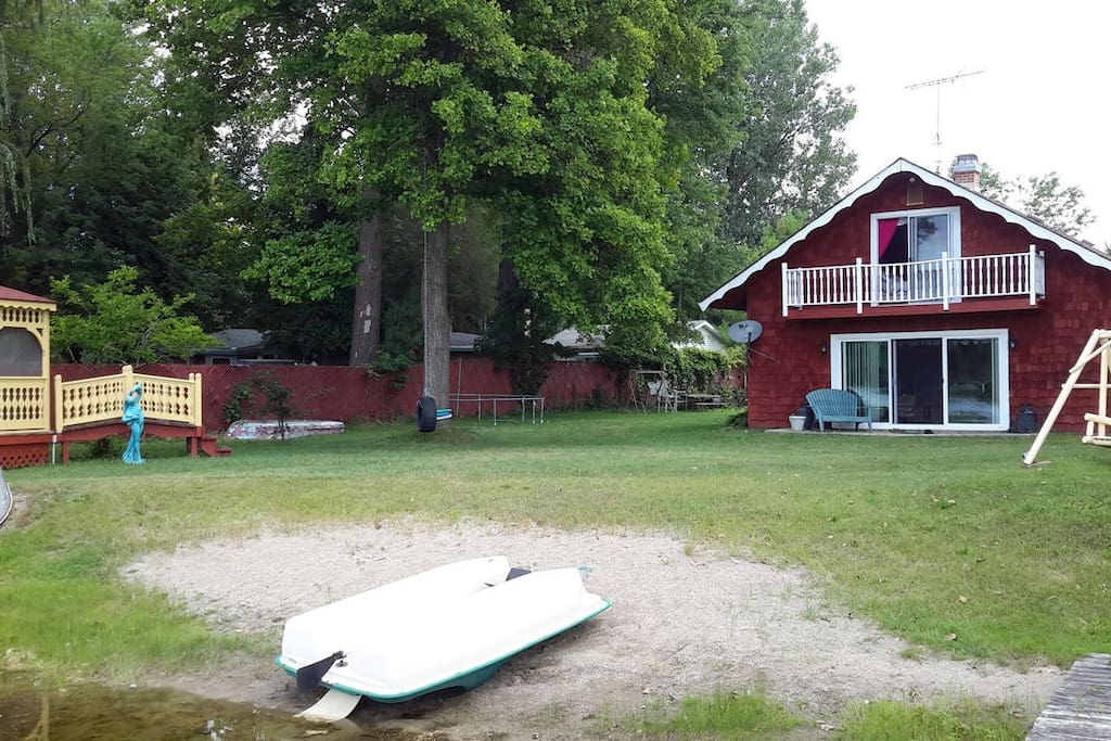 Irish hills lake house sleeps 8 paddle fishing boat for Fishing cabins in michigan