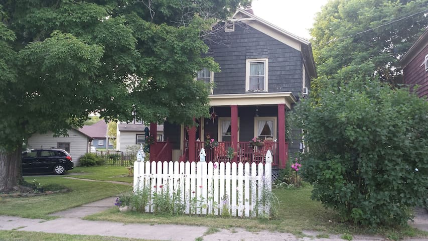 Cottage on Pine/In Town/Close to University