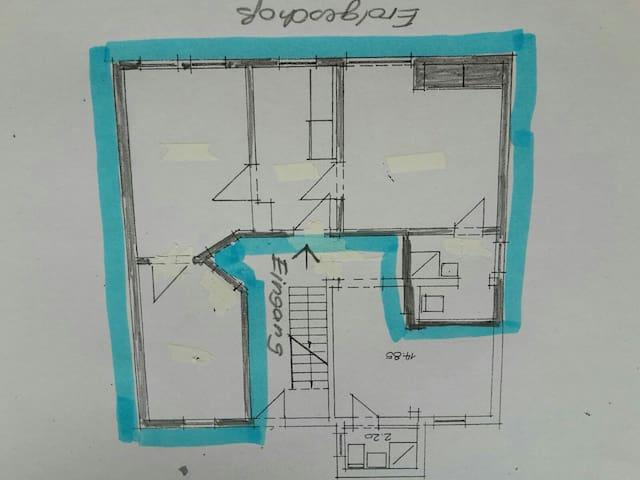 Grundriss von rechts nach links; Küche, Schlaf-Wohnbereich; Flur und Eingang; Schlafzimmer; Bad mit Dusche