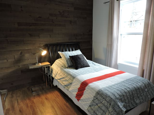 Chambre no 2: lit gigogne pouvant se convertir en 2 lit simples ou un lit king
