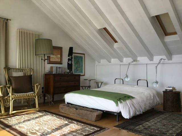 Camera da letto matrimoniale con la vista sul lago è uscita sul terrazzo solarium